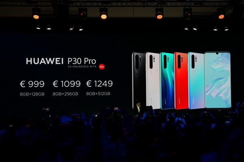 P30 Proの欧州での販売価格は999ユーロからで、RAM 8GB/ストレージ512GBのモデルでは1,249ユーロとなる