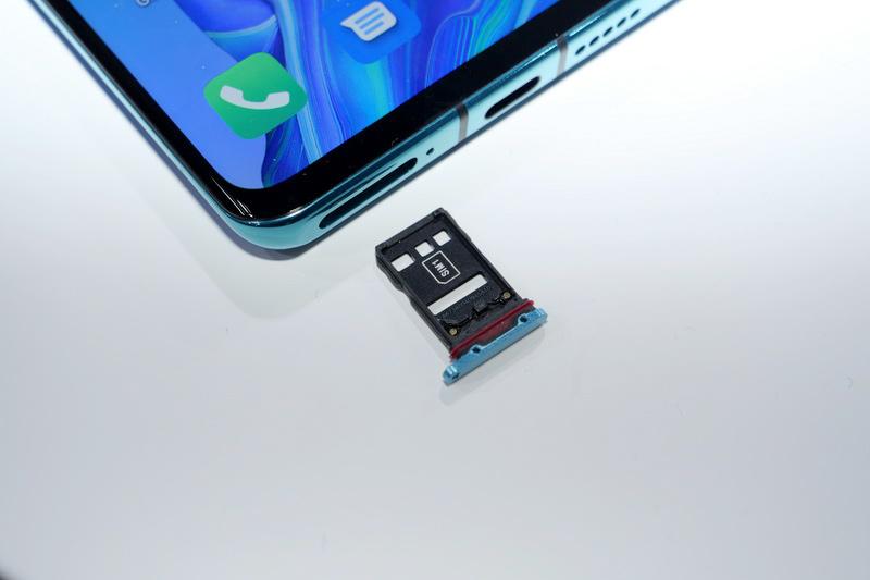 SIMトレイは上下に2枚のnano SIMを装着する仕様。裏面のSIM2はHuawei独自のメモリーカード「NM Card」との排他利用となる