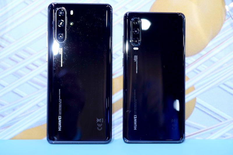 背面。こちらも左がP30 Pro、右がP30。基本的なデザインコンセプトはどちらも同じだ