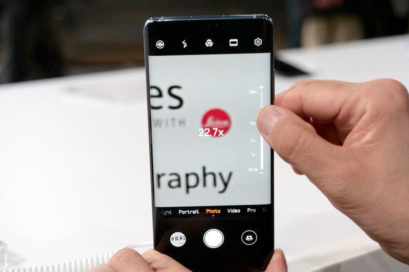 カメラアプリのUIは従来モデルとほぼ同等。縦画面時には右スライドバーでズームをコントロールする