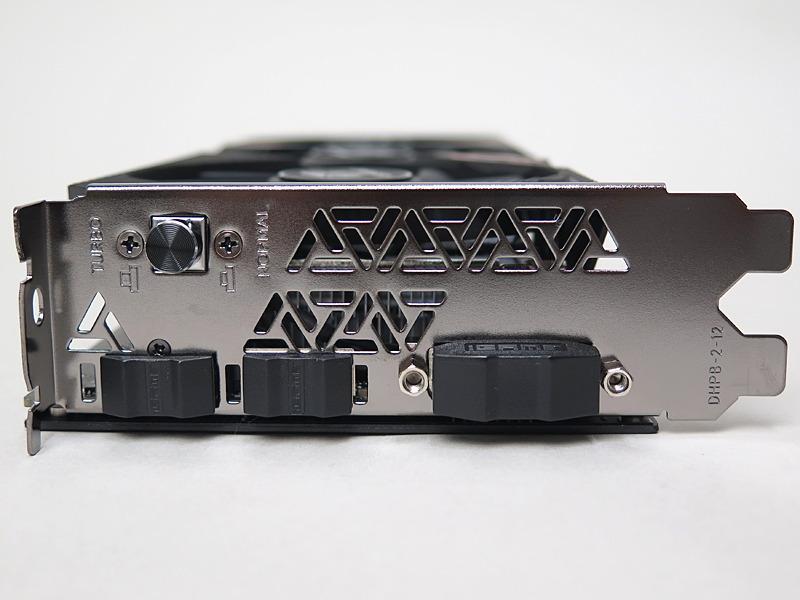 背面のディスプレイインターフェイスはDisplayPort、HDMI、DVI