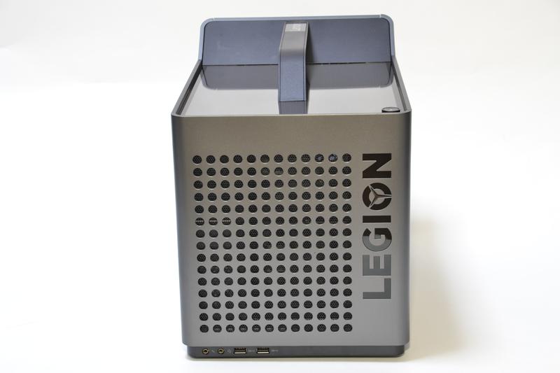 前面は吸気用の丸い穴が多数。端子は最下部にある。USB 3.0×2、ヘッドフォン端子、マイク端子