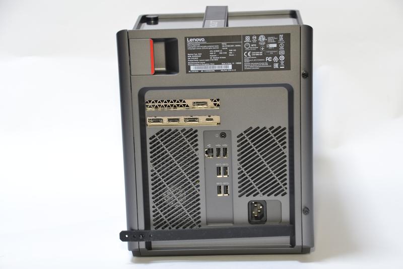 背面端子はUSB 3.1 Type-Cがビデオカード部分にある。左上のハンドルを引くと、右側面パネルが開く