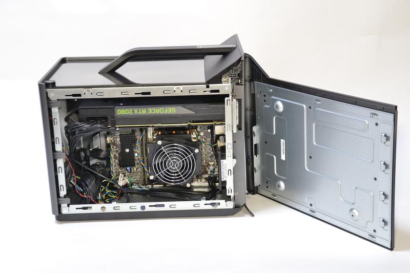 右側面パネルを開くと、CPUやビデオカードにアクセスできる