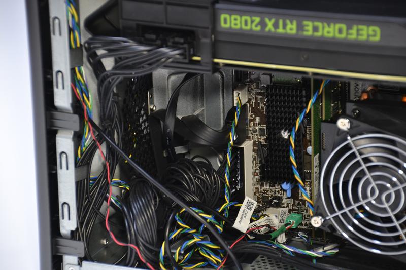 長方形のヒートシンクの裏にSSDがある。さらに左側には前面の吸気ファン