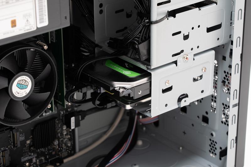 作業用にSSD、データ保存用にHDDといった具合に役割を持たせて運用できる