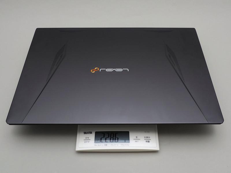 公称では2.24kg。カスタムモデルの評価機は少し増えて実測2.286kg