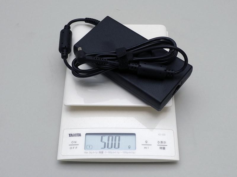 ACアダプタは実測500g。付属のコンセントケーブルは166g