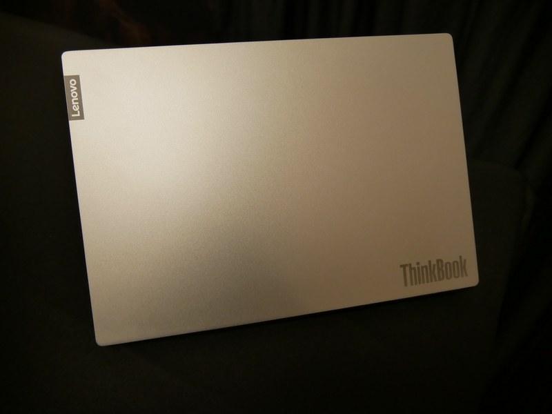 天板にはThinkBookのロゴが入る