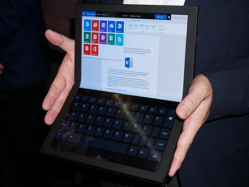 ノートPCのように上半分をモニターとして、下半分をキーボードとして利用できる