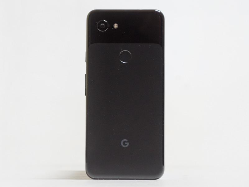背面。Pixel 3と違い筐体はポリカーボネート製。ユニボディで切れ目がない。左上に背面カメラ。中央上に指紋センサー