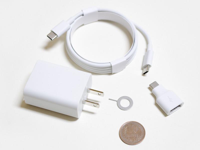 付属品。USB式ACアダプタのサイズ約50×40×25mm(同)/重量65g。出力は5V/3Aと9V/2A。Type-C/Type-Cケーブル。Type-C変換アダプタ。イジェクトピン。イヤホンは付属しない