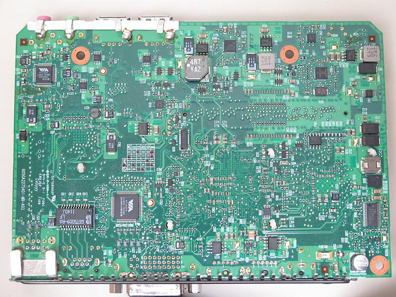 マザーボード背面にも多くのチップが実装されている