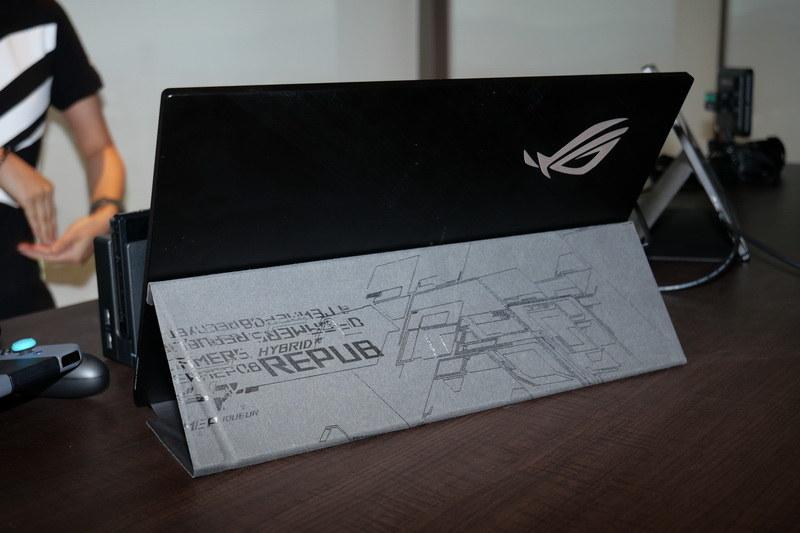 カバーを折りたたんでスタンドとして利用できる。スタンドは横画面、縦画面双方に対応