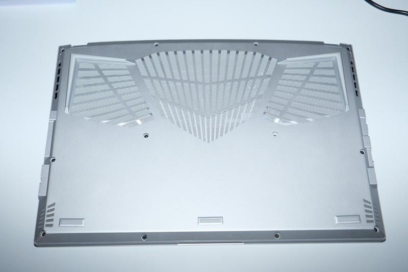 天板のAEROロゴはLEDイルミネーション内蔵