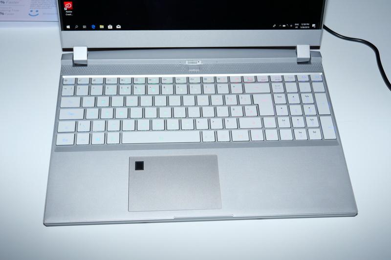 キーボードはフルカラーPer Keyバックライト内蔵