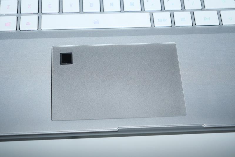 タッチパッドに指紋認証センサーを搭載