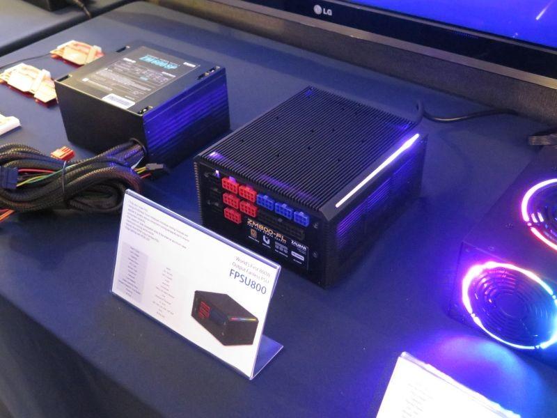 FPSU800は完全ファンレスなプラグイン式ATX電源。ファンはないがRGB LEDイルミネーションがついている
