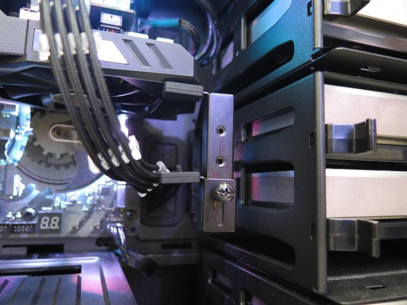ビデオカードホルダーを備え、重いビデオカードを装着したときのPCI Expressスロットの破損を防ぐ