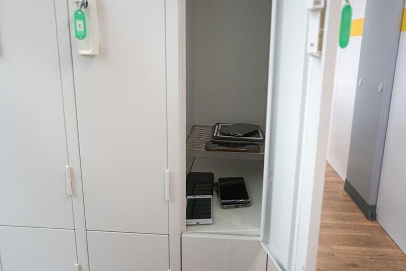 スマートフォンなどデータをコピーできる機器は持ち込めないので、事前にロッカーに預けることになる