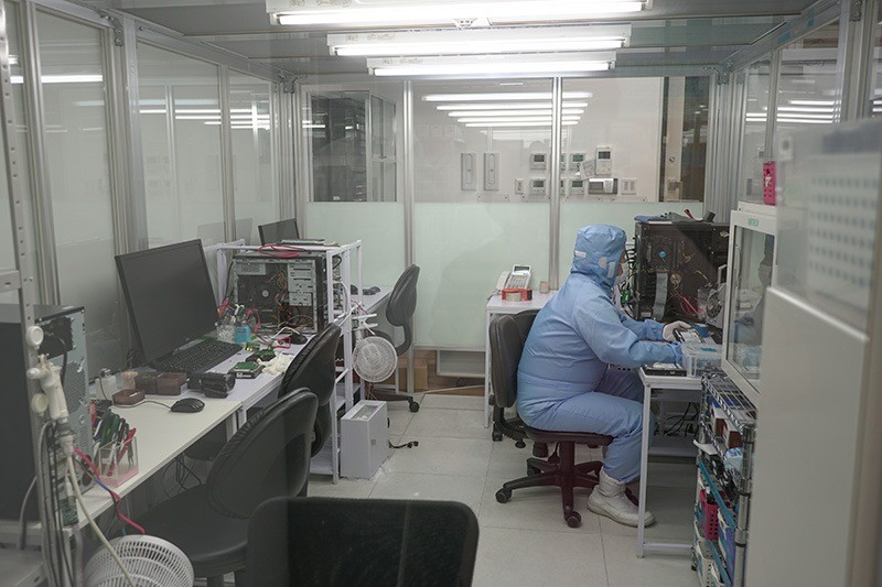 HDDのメディアの物理障害の場合は、ラボ内のクリーンルームで作業を行なう