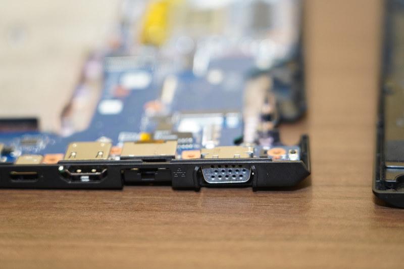 新しいSX12のD面と基板、端子の上に樹脂があり、強度が上がっている