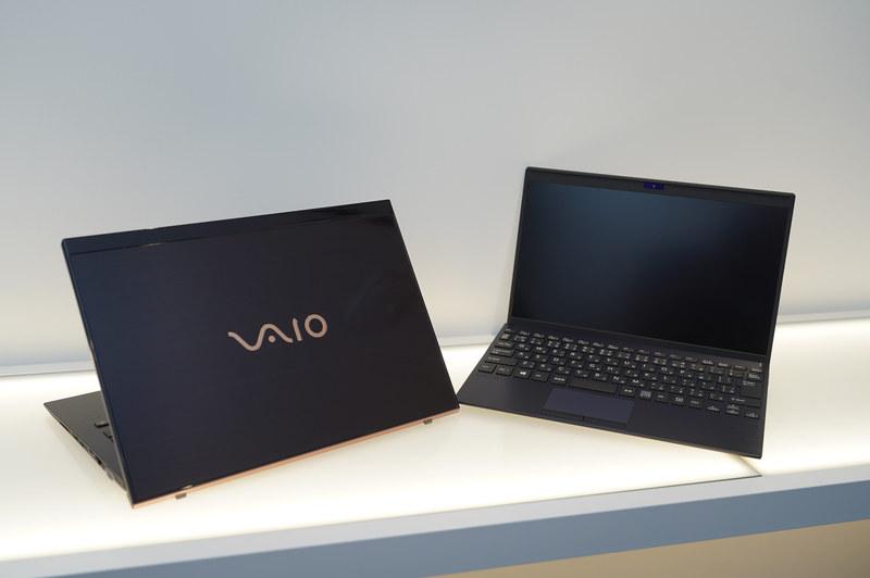 VAIO SX14   勝色特別仕様(左)とVAIO SX12   勝色特別仕様(右)