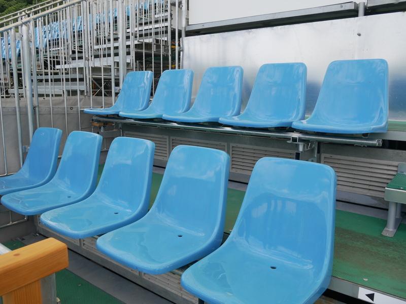 樹脂の椅子は東京ドームのほか、熊本や岩手県北上市のスタジアムで使用されていたものを流用した