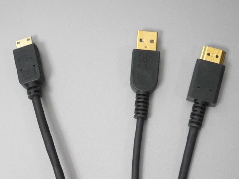 付属の専用ケーブルは、本体側(向かって左)がMini HDMI、PC側(向かって右)がUSBとHDMIと二股