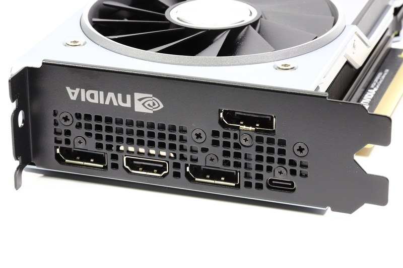 画面出力端子。DisplayPort 1.4×3基、HDMI 2.0×1基、VirtualLink(USB Type-C)×1基