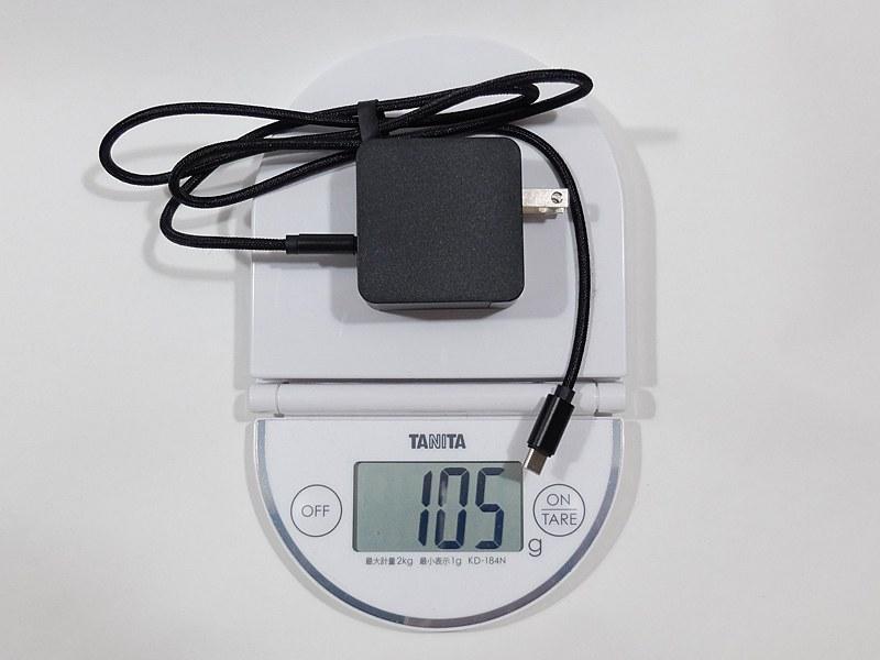 ACアダプタはUSB Type-C出力のものが付属し、重量は約105g