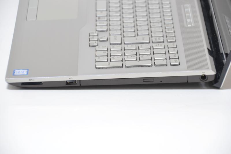 右側面には電源端子、BDXLドライブ、USB 2.0、SDカードスロット