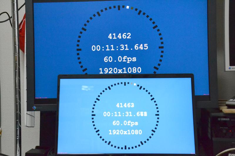 「LCD Delay Checker」で筆者のディスプレイ(上)と比較。約1フレームほど早く表示できている
