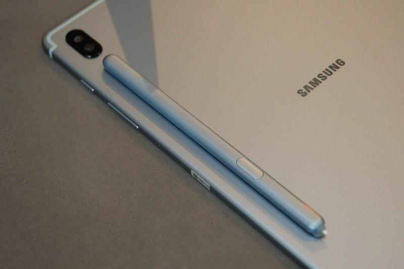 S Penは裏面の収納スペースにマグネットで貼り付けて持ち運べる