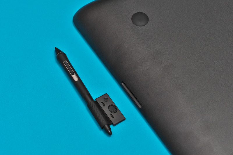 付属のペンとペンホルダー。ペンは上位機種と同じWacom Pro Pen 2。替え芯3本が収納可能なホルダーが付属しており、そのホルダーを本体右側面に挿し込めるようになっている