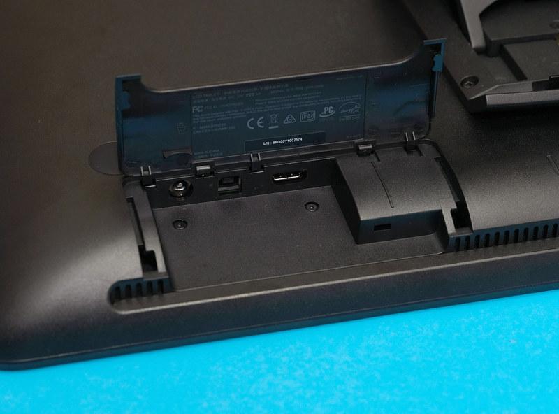 インターフェイスは、PCとの接続にするHDMI端子とUSBポートにAC電源コネクタがあるのみ。ボタンも本体上部に電源ボタンがあるのみというシンプルな構成
