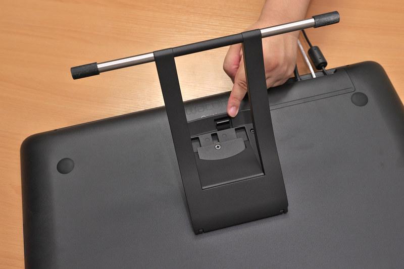傾き調節が可能なスタンドを装備。小さいながらしっかりとした剛性があり、レバーで角度調整(16~82度)も可能。スタンドを外すとVESAマウント(100×100mm)対応のアームなどに取りつけることもできる