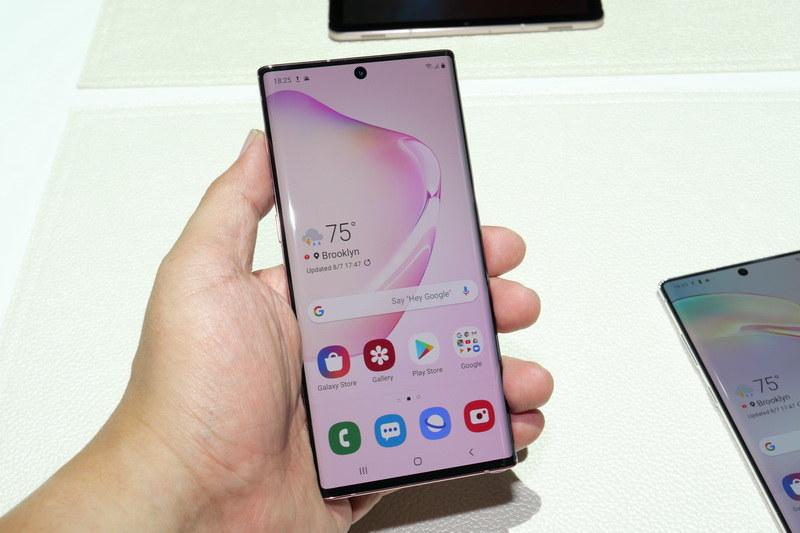 Galaxy Note 10は、筆者の手にはちょうどいい大きさで、かなり軽く感じる