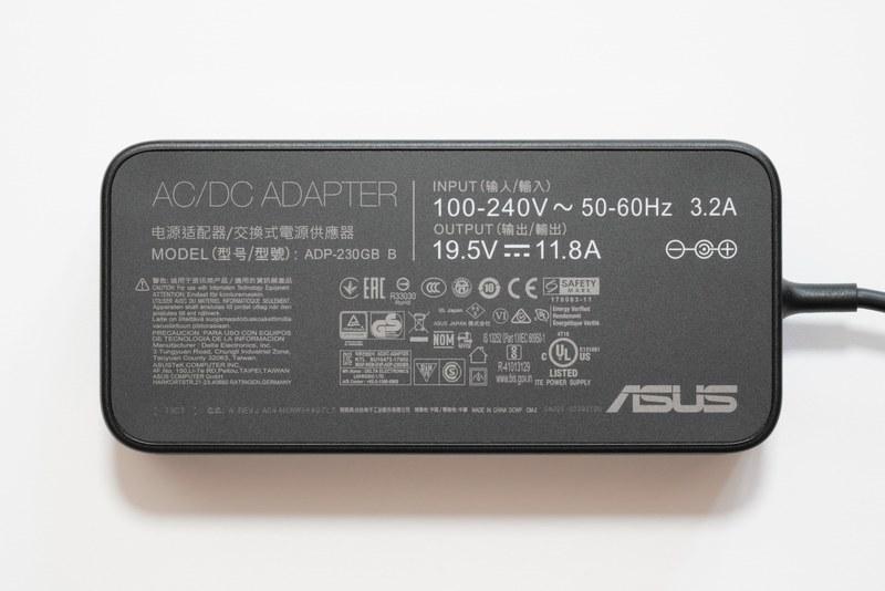ACアダプタ「ADP-230GB」の仕様は、入力100-240V/3.2A、出力19.5V 11.8A、容量230W