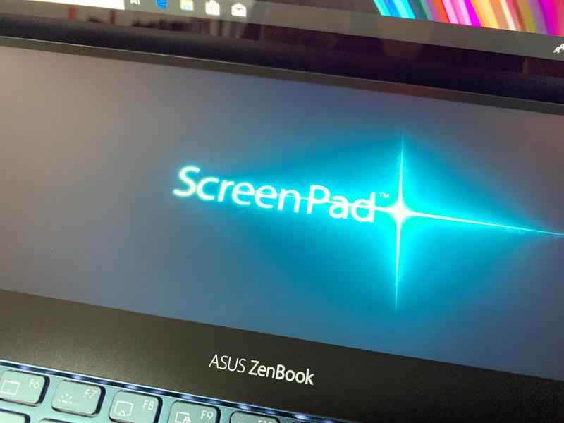 OS起動時、サブディスプレイにScreenPad Plusのロゴが表示される