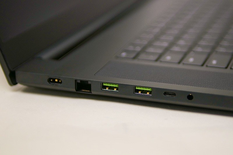 左側面に電源、2.5Gbps Ethernet、USB×2、USB Type-C、音声入出力