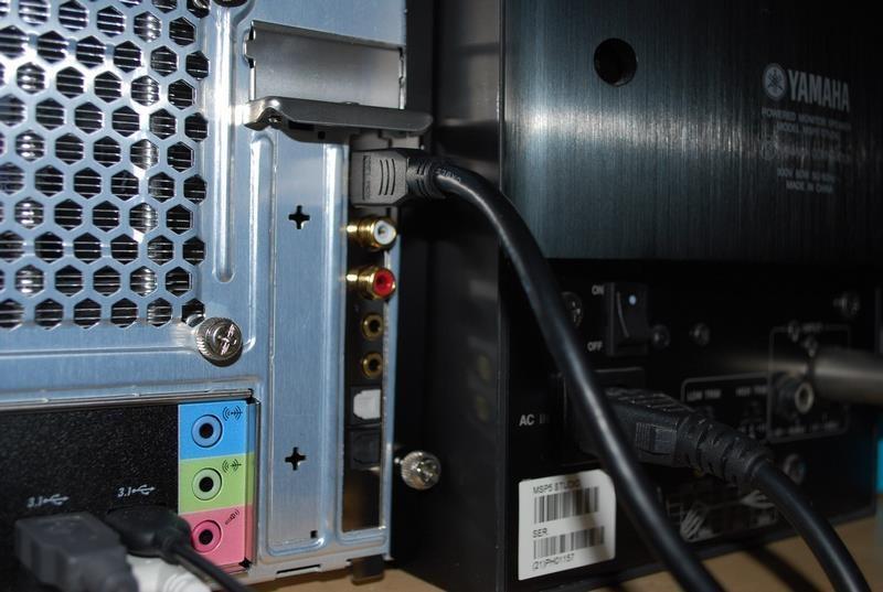 背面から外付けユニットにケーブルで接続する