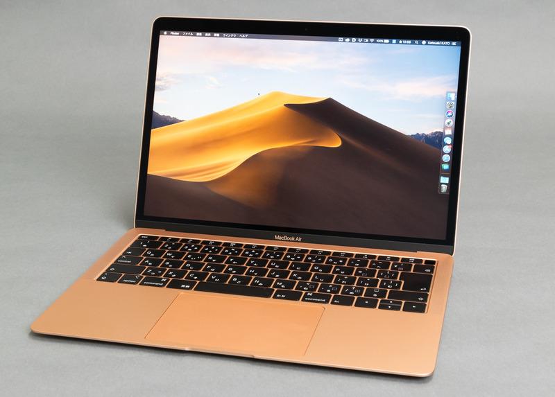13.3インチのTrue Toneテクノロジ対応Retinaディスプレイを備えた「MacBook Air」の2019年モデル。Apple Storeでは上位下位の2機種が用意されているが、差異はSSD容量だけにどとまる。筐体カラーはスペースグレー、シルバー、ゴールド(写真)の3種類