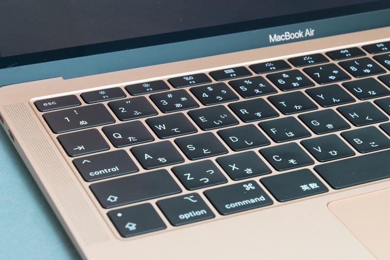 薄さを追求したがゆえのバタフライ構造のキーボードだが、好みが大きく分かれるところ。薄くてストロークも短いのだから、優しく打鍵するように意識すればよいのだ。キーボードだからと言って、すべて同じ感覚で扱うのは良くない
