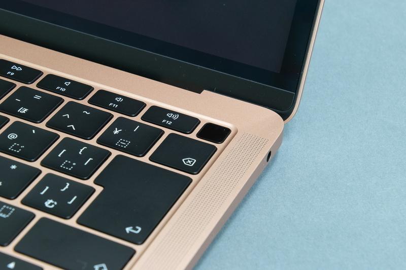 一番右上のキーは電源ボタン兼Touch ID用のセンサーとなる
