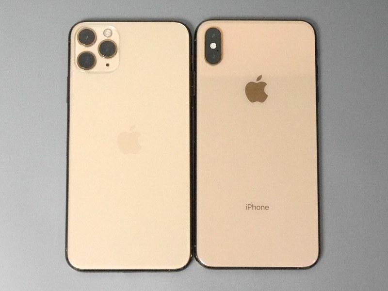 外見上の最大の相違点はトリプルカメラ。「iPhone」ロゴが消滅しているのも興味深い