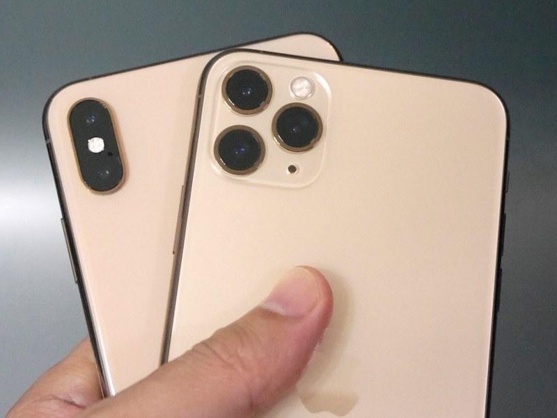 背面のカメラを見ればiPhone XS Max(後ろ)とすぐ見分けがつく