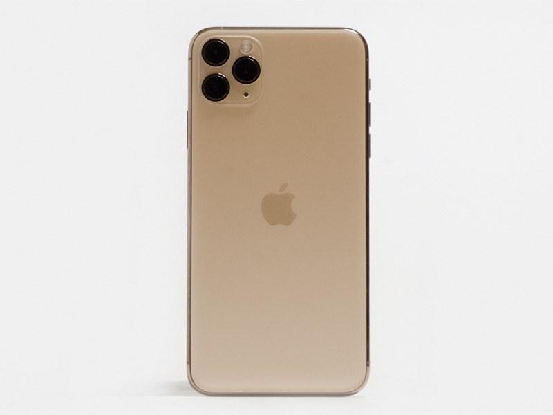 背面。左上にトリプルカメラ。Appleのロゴが中央に移動