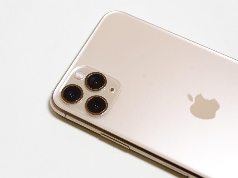 カメラ部アップ。上が広角、下が望遠、横が超広角と、iPhone 11と並びが違う(上が広角、下が超広角)