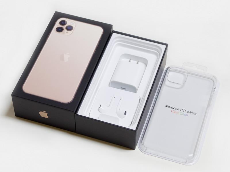 パッケージは黒ベース。ACアダプタ(18Wで高速充電対応)とLightningコネクタ接続のEarPods。オプションの透明ケース